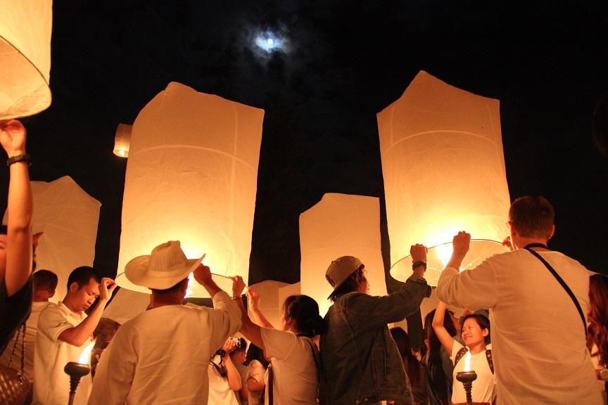 Chiang Mai & Laternenfest Entzündete Laternen